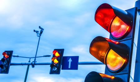 Verkeerslichten over stedelijk kruispunt. Stockfoto - 107505250