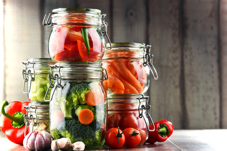 Jars with marinated food and organic raw vegetables. Banque d'images - 112327762