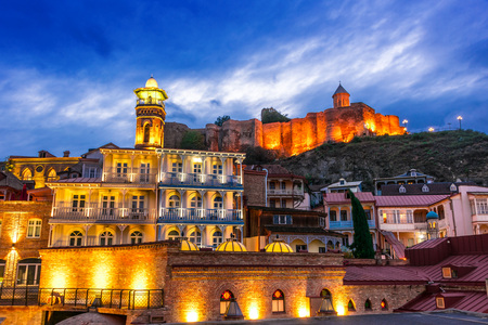 View of the Old Town of Tbilisi, Georgia after sunset 免版税图像
