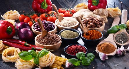 Composition avec un assortiment de produits alimentaires biologiques sur la table. Banque d'images