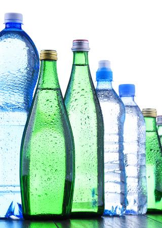 Composition avec différentes sortes de bouteilles contenant de l'eau minérale isolated on white