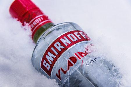 POZNAN, POL - 24. JANUAR 2019: Flasche Smirnoff, eine Wodkamarke der britischen Firma Diageo. In Moskau von Pjotr Arsenievich Smirnov gegründet, wird es heute in 130 Ländern vertrieben