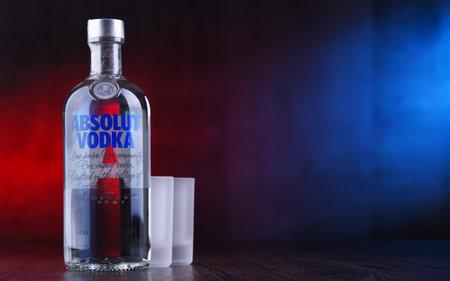 POZNAN, POL - 22. MAAR 2019: Flasche Absolut Vodka, eine in Schweden hergestellte Wodka-Marke. Im Besitz des französischen Konzerns Pernod Ricard ist es eine der größten Marken für alkoholische Spirituosen der Welt
