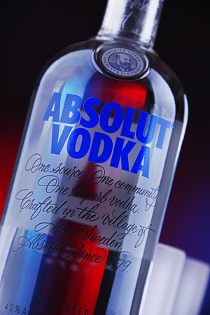 POZNAN, POL - MAAR 22, 2019: Bottle of Absolut Vodka, a brand of vodka produced in Sweden. Owned by French group Pernod Ricard it is one of the largest brand of alcoholic spirits in the world Imagens - 122639911