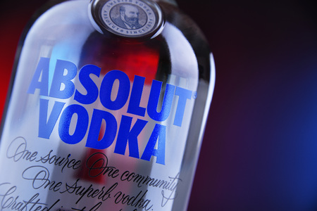 POZNAN, POL - MAAR 22, 2019: Bottle of Absolut Vodka, a brand of vodka produced in Sweden. Owned by French group Pernod Ricard it is one of the largest brand of alcoholic spirits in the world Imagens - 122639935