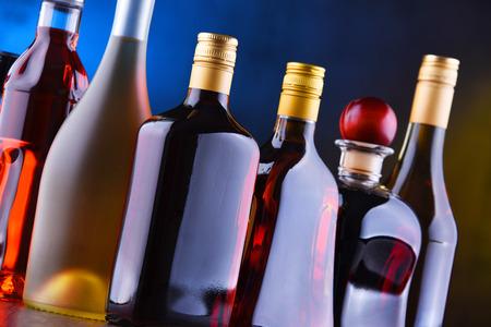 Composición con botellas de bebidas alcohólicas variadas.