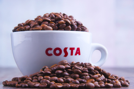 POZNAN, POL - MAR 29, 2019: Cup of Costa Coffee, a brand of British multinational coffeehouse company headquartered in Dunstable, Bedfordshire; second largest coffeehouse chain in the world Foto de archivo - 122640024