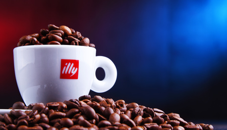 POZNAN, POL - MAR 29, 2019: Cup of Illy coffee, a brand of Italian coffee roasting company that specializes in the production of espresso. Founded by Francesco Illy in 1933. Foto de archivo - 122640031