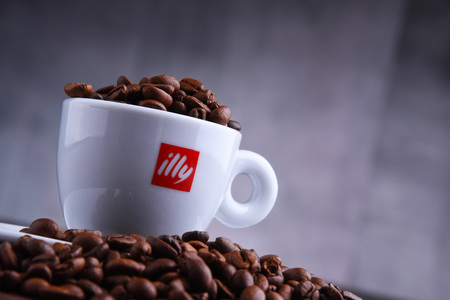 POZNAN, POL - MAR 29, 2019: Cup of Illy coffee, a brand of Italian coffee roasting company that specializes in the production of espresso. Founded by Francesco Illy in 1933. Foto de archivo - 122640057