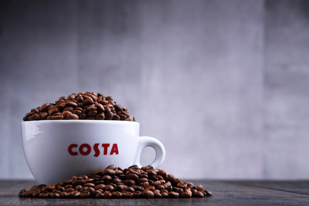 POZNAN, POL - MAR 29, 2019: Cup of Costa Coffee, a brand of British multinational coffeehouse company headquartered in Dunstable, Bedfordshire; second largest coffeehouse chain in the world Foto de archivo - 122640060