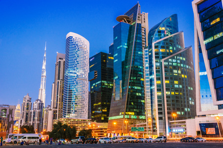 DUBAI, VEREINIGTE ARABISCHE EMIRATE - 9. FEBRUAR 2019: Architektur der Business Bay im Westen von Dubai, entlang der Sheikh Zayed Road in den Vereinigten Arabischen Emiraten.