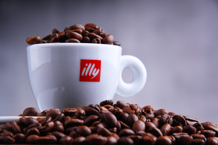 POZNAN, POL - MAR 29, 2019: Cup of Illy coffee, a brand of Italian coffee roasting company that specializes in the production of espresso. Founded by Francesco Illy in 1933. Foto de archivo - 122640110