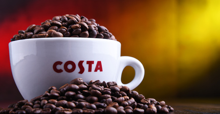 POZNAN, POL - MAR 29, 2019: Cup of Costa Coffee, a brand of British multinational coffeehouse company headquartered in Dunstable, Bedfordshire; second largest coffeehouse chain in the world Foto de archivo - 122640172
