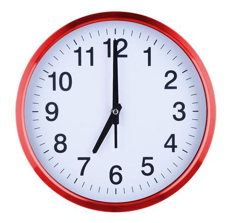 Horloge murale isolée sur fond blanc. Sept heures.