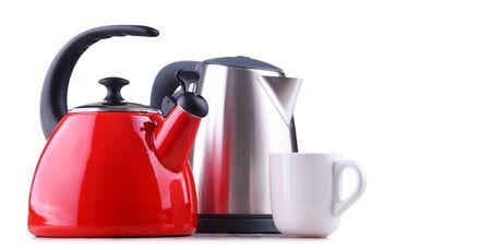 Tradycyjny czajnik z gwizdkiem i nowoczesny czajnik elektryczny na białym tle