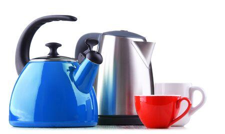 Tradycyjny czajnik z gwizdkiem i nowoczesny czajnik elektryczny na białym tle Zdjęcie Seryjne