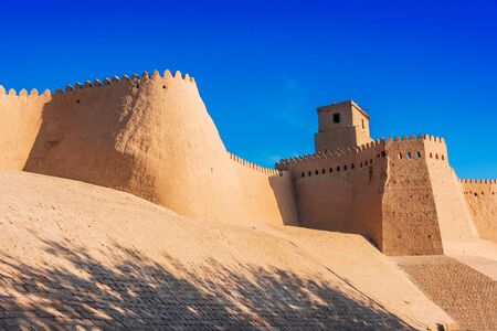 Defensive walls of Itchan Kala, inner town of the city of Khiva, Uzbekistan. Standard-Bild - 127117836