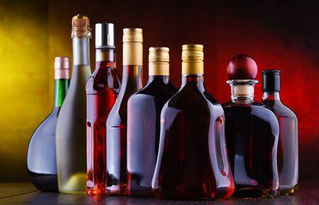 Samenstelling met flessen geassorteerde alcoholische dranken. Stockfoto