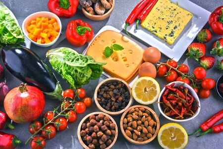 Composition avec un assortiment de produits alimentaires biologiques sur une table de cuisine en bois