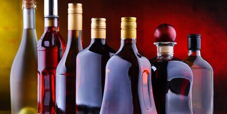 Composizione con bottiglie di bevande alcoliche assortite.