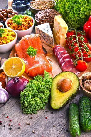 Composition avec assortiment de produits alimentaires sur table de cuisine.