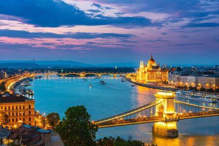 Panoramablick auf Budapest mit dem ungarischen Parlamentsgebäude am Donauufer und der Kettenbrücke bei Nacht
