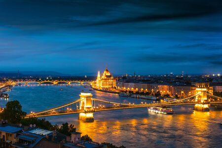 Vista panorámica de Budapest con el edificio del parlamento húngaro en la orilla del Danubio y el Puente de las Cadenas por la noche