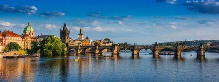 Blick auf die Innenstadt von Prag mit der Karlsbrücke über die Moldau. Tschechische Republik Standard-Bild