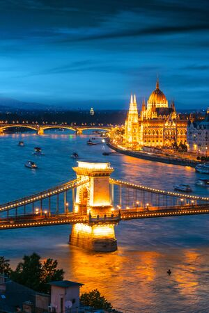 View of Budapest with Hungarian Parliament Building on the bank of the Danube and Chain Bridge by night Imagens