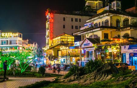 SAPA, WIETNAM - 27 WRZEŚNIA 2019: Nocny widok ulicy centrum Sapa w prowincji Lao Cai w północno-zachodnim Wietnamie Publikacyjne