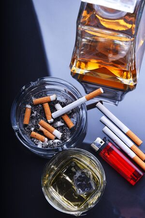 Cenicero y cigarrillos. Tabaquismo. Adicción a la nicotina Foto de archivo