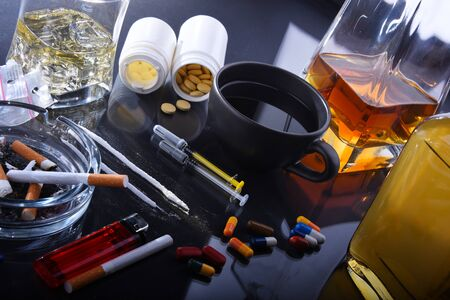 Suchtmittel, einschließlich Alkohol, Zigaretten und Drogen. Standard-Bild