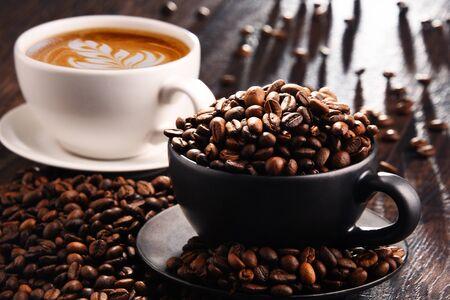 Composición con tazas de café y frijoles.