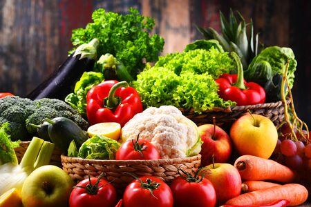 Composition avec assortiment de légumes et fruits biologiques Banque d'images