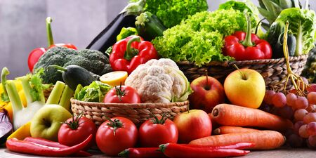Composition avec assortiment de légumes et fruits biologiques