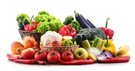 Composition with assorted organic vegetables and fruits. Imagens