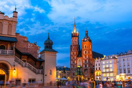 Krakau, POL - 25. JULI 2019: Hauptmarkt mit der Marienkirche in der Altstadt von Krakau, Polen