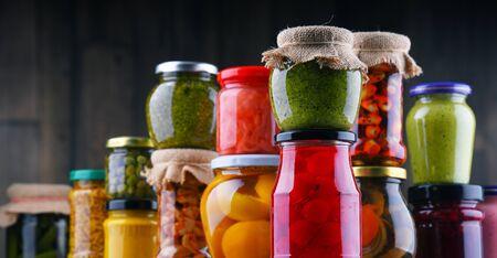 Tarros con variedad de verduras y frutas en escabeche. Alimento conservado