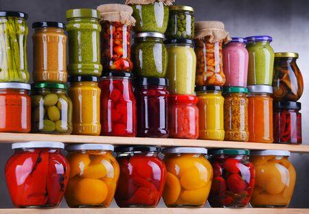 Gläser mit verschiedenen eingelegten Gemüsen und Früchten. Konserve