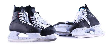 Dos pares de patines de hockey sobre hielo aislados sobre fondo blanco.