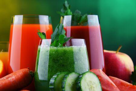 Vasos con vegetales frescos orgánicos y jugos de frutas. Dieta de desintoxicación Foto de archivo
