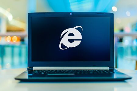 POZNAN, POL - JAN 30, 2020: Laptop computer displaying logo of Internet Explorer, a web browser developed by Microsoft and included in the Microsoft Windows line of operating systems Banque d'images - 140143415