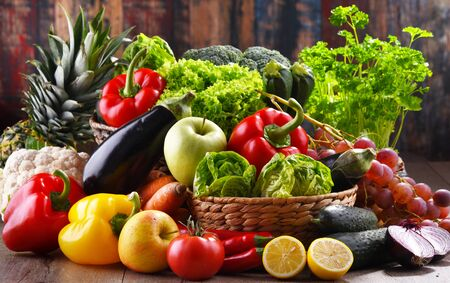 Composition with assorted organic vegetables and fruits. Stockfoto