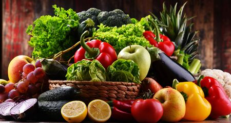 Composition with assorted organic vegetables and fruits. Banque d'images - 144801839