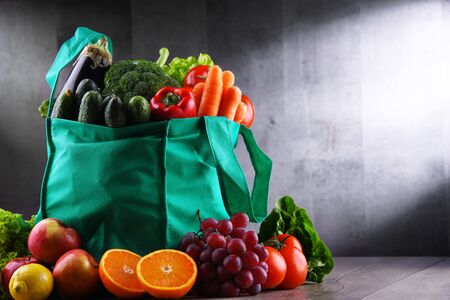 Shopping bag with fresh vegetables and fruits. Banque d'images - 146640790