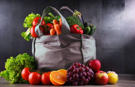 Shopping bag with fresh vegetables and fruits. Standard-Bild