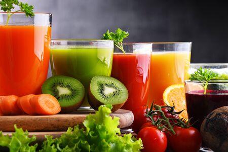 Verres avec jus de fruits et légumes biologiques frais. Régime détox Banque d'images