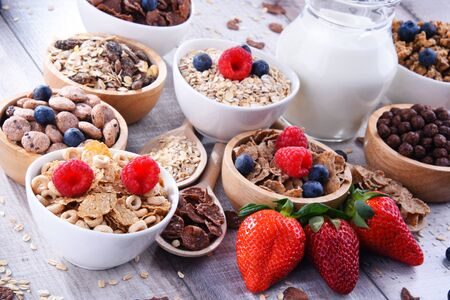 Bowls containing different sorts of breakfast cereal products.