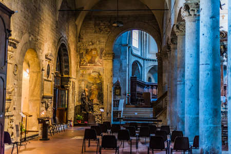 NARNI, ITALY - SEP 9, 2020: Interior of Cathedral of Saint Juvenal in Narni, Umbria, Italy Redactioneel