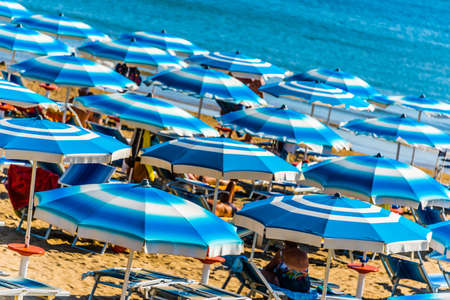 Umbrellas on the sandy sea beach during hot summer day Stockfoto